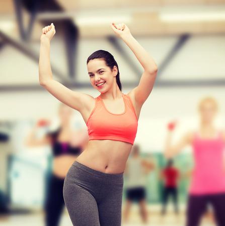 zumba: gimnasio y dieta concepto - sonrisa adolescente en el baile de ropa deportiva