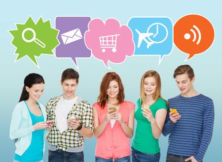 Menschen, Kommunikation und Technologie-Konzept - lächelnde Freunde mit Smartphones auf blauem Hintergrund mit Kritzeleien Standard-Bild - 35289640