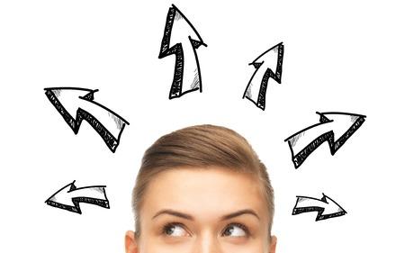 persona confundida: de oportunidad, las soluciones y las personas concepto - cerca de la mujer mirando hacia arriba con la flecha garabatos