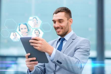 비즈니스, 온라인 커뮤니케이션, 기술 및 사람들 개념 - 사업가 도시 거리에 태블릿 pc 컴퓨터와 화상 통화를하고 미소