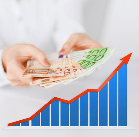 비즈니스, 사람들 및 재정 개념 - 성장 차트와 회색 배경 위에 유로 돈을 들고 여자 손 가까이 스톡 콘텐츠