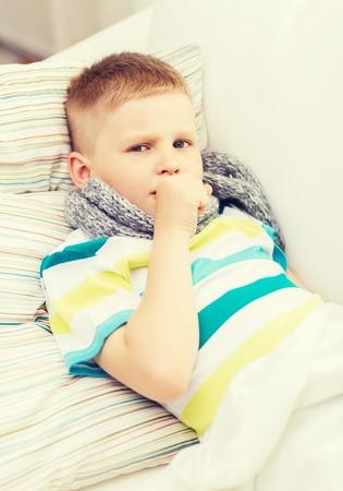 tosiendo: la infancia, la salud y concepto de la medicina - niño enfermo con gripe en casa Foto de archivo