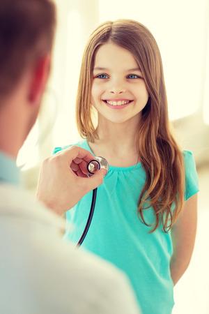 Soins de santé, les enfants et concept médical - médecin de sexe masculin avec stéthoscope écoutant la poitrine de l'enfant à l'hôpital Banque d'images - 35520219