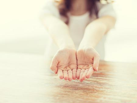 gebaar, lichaamsdelen en kind concept - close-up van een klein meisje met lege handen cupped