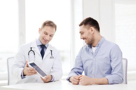 医療、技術、医学のコンセプト - タブレット pc コンピューターと入院中の患者とドクターの笑顔
