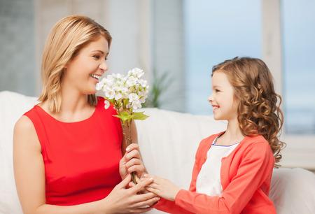mujer hijos: imagen de madre e hija con flores