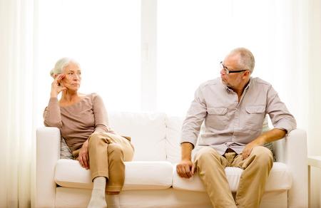 自宅のソファーに座っていた年配のカップル家族、関係、年齢、人コンセプト 写真素材