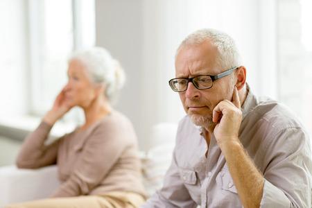personas pensando: la familia, las relaciones, la edad y el concepto de la gente - pareja de ancianos sentados en el sof� en casa Foto de archivo