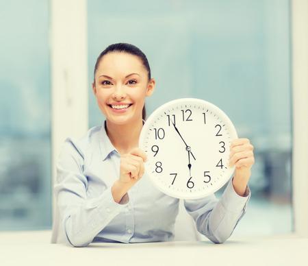 jornada de trabajo: negocio, oficina, la escuela y la educación concepto - atractiva mujer de negocios que muestra el reloj