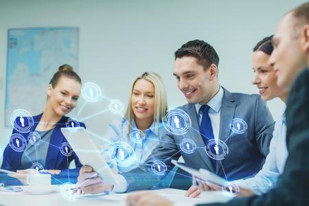 ビジネス、技術、接続、通信、人々 の概念 - タブレット pc コンピューターおよびオフィスで議論を持つ仮想連絡先投影ビジネス チームの笑みを浮