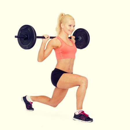 levantar pesas: cuclillas o estocada sonriente mujer deportiva con mancuerna que hace fractura - fitness, deporte y el concepto de ejercicio