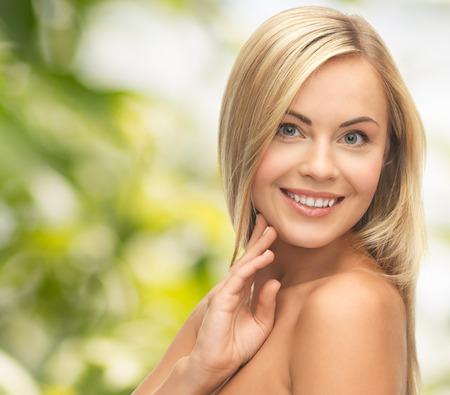 buena salud: personas, belleza, cuidado del cuerpo y la piel concepto - mujer hermosa cara y las manos sobre fondo verde Foto de archivo