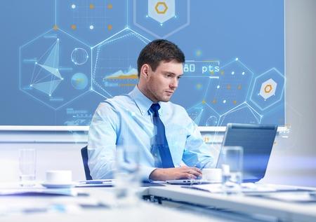 het bedrijfsleven, mensen en werk concept - zakenman met laptop computer en groei grafieken op het virtuele scherm in het kantoor