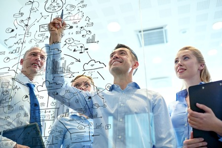 Affaires, les gens, le travail d'équipe et le concept de planification - sourire équipe d'affaires avec marqueur et autocollants travaillant dans le bureau Banque d'images - 35772478