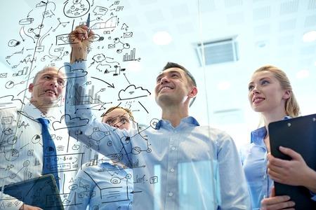 biznesu, ludzi, pracy zespołowej i planowania koncepcji - uśmiechnięte działalności zespołu z markerem i naklejki pracy w biurze