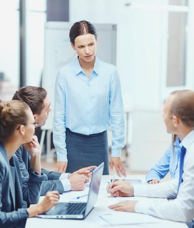 ビジネス、テクノロジ、人々、管理コンセプト - オフィスのビジネス チームに話して厳格な女性の上司 写真素材