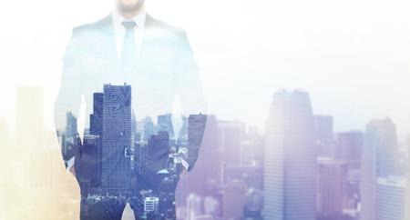 bedrijfsleven, mensen en technologie concept - close-up van zakenman over de stad achtergrond