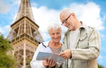 Famille, l'âge, le tourisme, Voyage et les gens notion - couple de personnes âgées avec carte et guide de la ville sur la tour Eiffel et fond de ciel bleu Banque d'images - 35794473