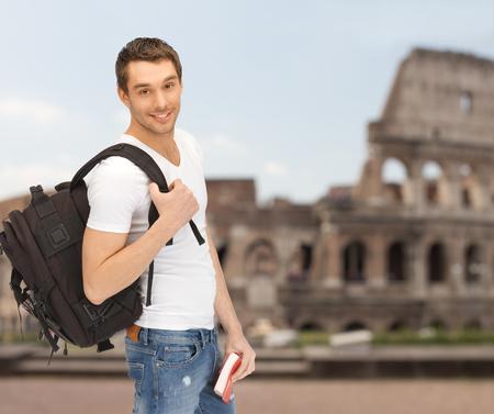 사람들, 여행, 관광 및 교육 개념 - 행복 한 젊은 남자가 배낭과 책을 콜로세움 배경 여행
