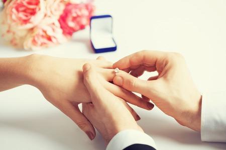 beeld van de man zetten trouwring op vrouw hand