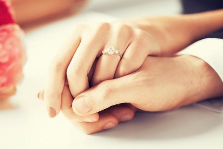 ring engagement: imagen del hombre y la mujer con anillo de bodas Foto de archivo