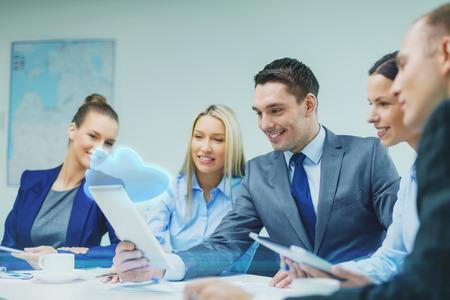 ビジネス、技術、クラウド コンピューティングと人々 のコンセプト - タブレット pc コンピューターとオフィスでの議論を持つ仮想クラウド投影事 写真素材