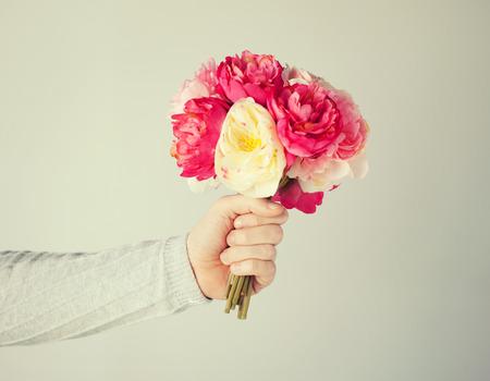 bouquet de fleurs: fermer up de la main donnant un bouquet de fleurs de l'homme.