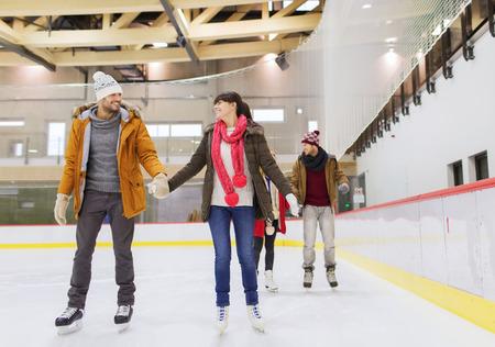 patinaje: la gente, la amistad, el deporte y el concepto de ocio - amigos felices en pista de patinaje