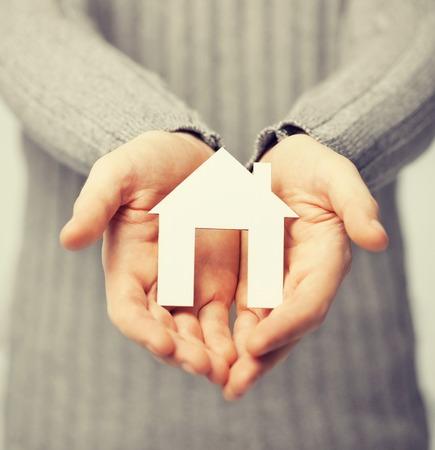 Brillante imagen de hombre con casa de papel Foto de archivo - 36288070