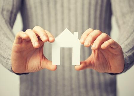 planificaci�n familiar: brillante imagen de hombre con casa de papel Foto de archivo