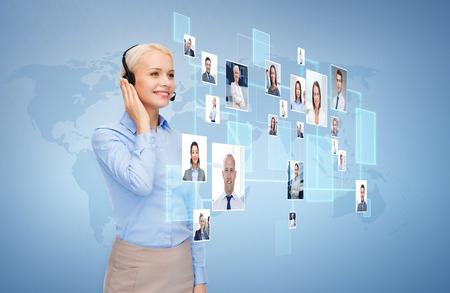 통신: 비즈니스, 커뮤니케이션, 협력과 사람들이 개념 - 파란색 배경 및 연락처 또는 고객의 아이콘을 통해 헤드셋과 행복 한 여성 핫라인 연산자