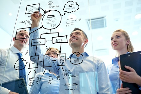 lluvia de ideas: negocios, personas, trabajo en equipo y la planificación concepto - sonriendo equipo de negocios con marcador y pegatinas que trabaja en oficina