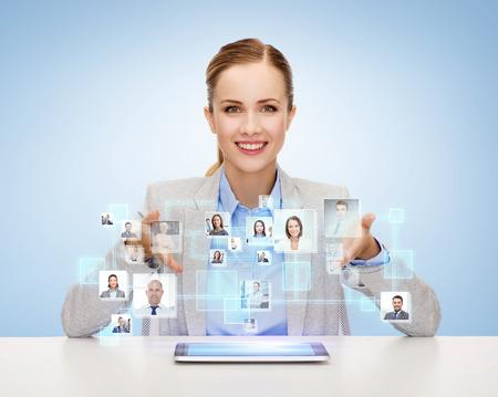 comunidad: negocio, la tecnolog�a, la cooperaci�n, la gente y el concepto de contrataci�n - empresaria sonriendo con ordenador Tablet PC sobre fondo azul con los iconos de los contactos Foto de archivo