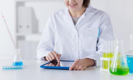 qu�mica: la ciencia, la qu�mica, la biolog�a, la medicina y la gente concepto - cerca de cient�fico de mujer joven con la prueba de la toma de la computadora Tablet PC o la investigaci�n en laboratorio cl�nico Foto de archivo