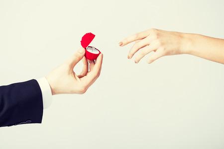 mariage: quelques mains avec bague de mariage et une bo�te cadeau. Banque d'images