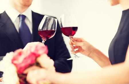 diner romantique: photo du couple engag� avec des verres de vin au restaurant