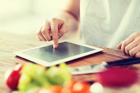 요리, 기술과 홈 개념 - 태블릿 pc 컴퓨터에 사람 손가락의 근접 촬영 스톡 콘텐츠