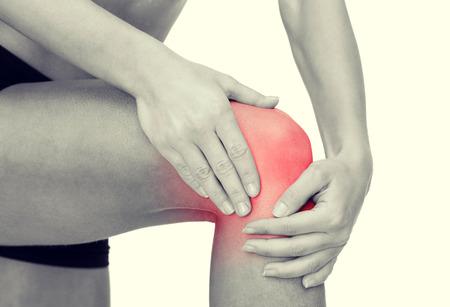masaje deportivo: fitness, salud y la medicina concepto - cerca de las manos la celebraci�n de la rodilla