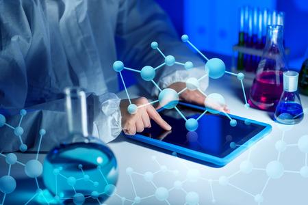 科学、化学、医学、技術、人々 の概念 - タブレット pc コンピューターをテストで若い女性科学者のクローズ アップや研究室で研究