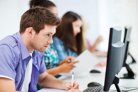 edukacja: Koncepcja kształcenia - student z komputera nauki w szkole Zdjęcie Seryjne