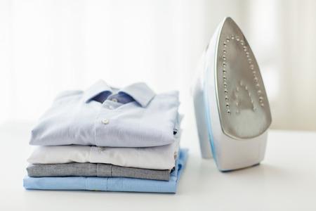 Le repassage, les vêtements, les travaux ménagers et les objets notion - proche de fer et de vêtements sur la table à la maison Banque d'images - 36669750