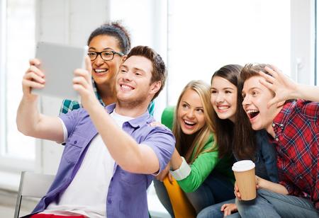 estudiantes de secundaria: la educaci�n y la tecnolog�a - grupo de estudiantes que tomaron Autofoto con tablet pc en la escuela