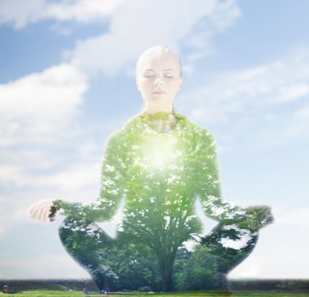 스포츠, 피트니스, 요가, 이중 노출과 사람의 개념 - 푸른 하늘과 녹색 나무 배경 위에 로터스 포즈 명상 행복 한 젊은 여자