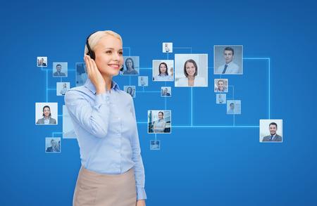 ビジネス、コミュニケーション、協力、人コンセプト - 青色の背景色とアイコンの連絡先または顧客のヘッドセットと幸せな女性ヘルプライン演算