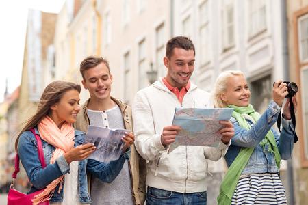 여행, 휴가, 기술 및 우정 개념 - 도시 가이드, photocamera 및지도 탐험 도시지도 웃는 친구의 그룹