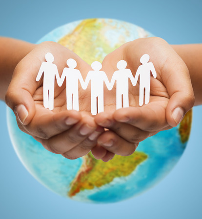 comunidad: la gente, la geograf�a, la poblaci�n y la paz concepto - cerca de las manos del hombre con el planeta tierra mostrando continente americano sobre fondo azul