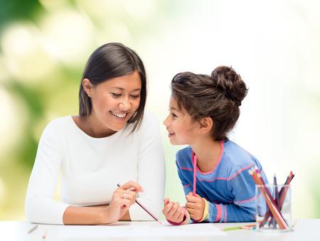 padres hablando con hijos: familia, los ni�os y las personas concepto - feliz madre e hija de dibujo y hablar sobre el fondo verde