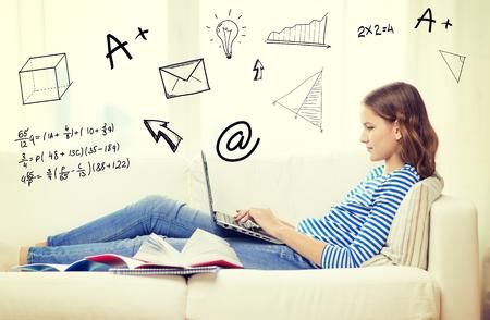 adolescentes estudiando: hogar, la educaci�n, la tecnolog�a y el concepto de Internet - ocupado adolescente acostado en el sof� con el ordenador port�til, libros y cuadernos en casa