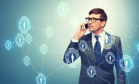de negocios, la comunicación, la tecnología moderna y el concepto de oficina - buisnessman con el teléfono celular
