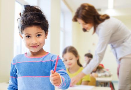 교육, 초등학교와 어린이 개념 - 교실 및 교사 배경 위에 펜으로 행복 학생 소녀 스톡 콘텐츠